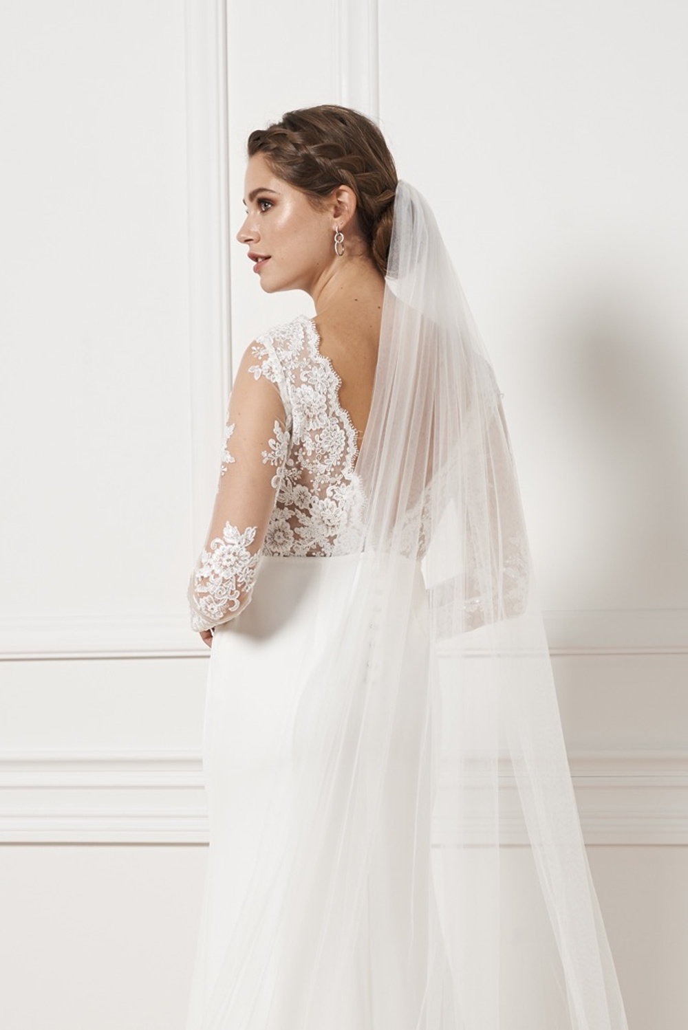 Cathedral veil with appliques